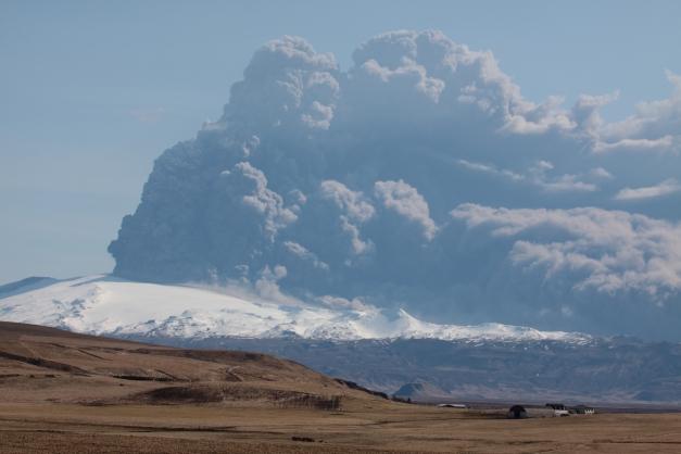 Eyjafjallajokull_volcano_plume_2010_04_18